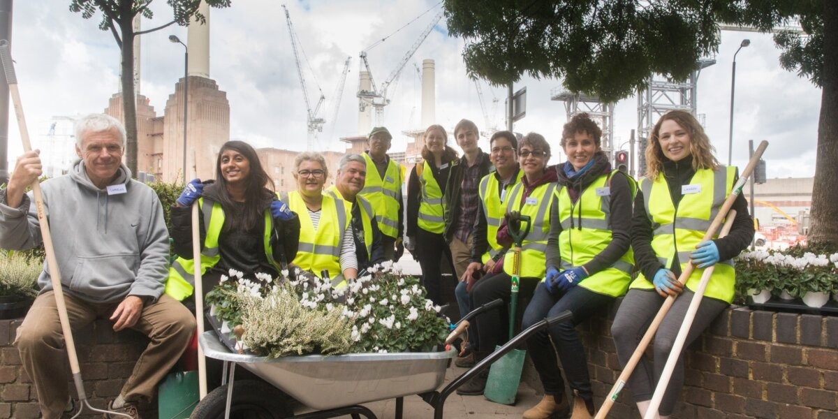 US Embassy Day of Service 2017 – volunteers in front of Battersea Power Station